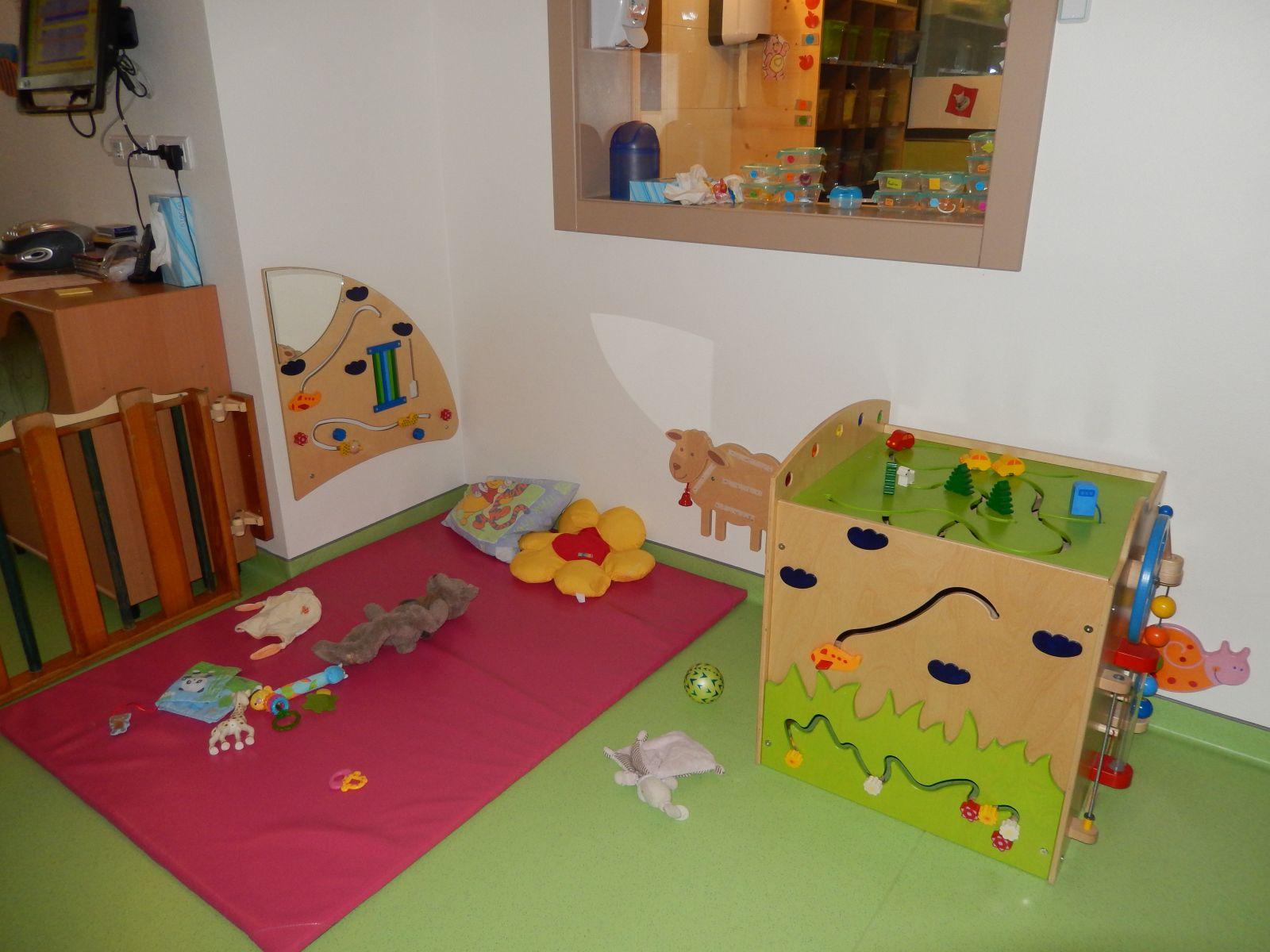 1 salle de jeux b b s 2 espace de jeux moyens 3. Black Bedroom Furniture Sets. Home Design Ideas